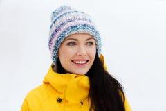 La mujer joven feliz en invierno viste al aire libre Imágenes de archivo libres de regalías