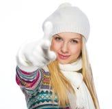 La mujer joven feliz en invierno viste señalar in camera Imagen de archivo