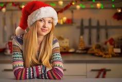 La mujer joven feliz en la Navidad adornó la cocina Foto de archivo