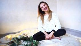 La mujer joven feliz es feliz con días de fiesta y vacaciones del Año Nuevo, Fotos de archivo libres de regalías
