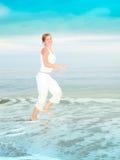 La mujer joven feliz está saltando Fotografía de archivo libre de regalías