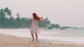 La mujer joven feliz goza el relajarse en el océano, cámara lenta almacen de video