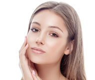 La mujer joven feliz hermosa bronceó la cara del retrato con los labios atractivos fotos de archivo libres de regalías