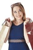 La mujer joven feliz hermosa que sostiene el regalo de las compras empaqueta. Imagenes de archivo