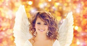 La mujer joven feliz o la muchacha adolescente con ángel se va volando Fotos de archivo