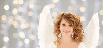La mujer joven feliz o la muchacha adolescente con ángel se va volando imagenes de archivo