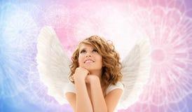 La mujer joven feliz o la muchacha adolescente con ángel se va volando imagen de archivo