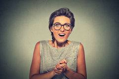 ¿La mujer joven feliz que parece excitada sorprendido en incredulidad completa él es yo? Imagen de archivo libre de regalías