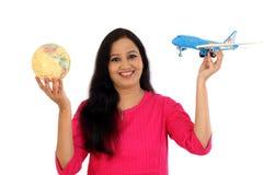 La mujer joven feliz que sostiene el globo y el juguete acepillan Imágenes de archivo libres de regalías