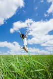 La mujer joven feliz salta Imágenes de archivo libres de regalías