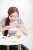 La mujer joven feliz toma la imagen Imagen de archivo libre de regalías