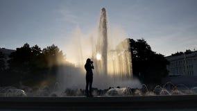 La mujer joven fotografía la fuente almacen de video