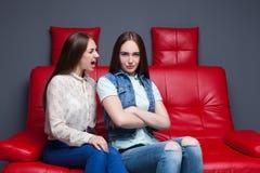La mujer joven grita en su novia Fotos de archivo