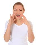 La mujer joven grita hacia fuera ruidosamente Imagen de archivo libre de regalías