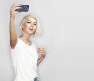 La mujer joven hace el selfie Imagenes de archivo