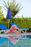La mujer joven hace los ejercicios para la flexibilidad Imagen de archivo