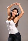 La mujer joven hermosa arma el baile levantado a la música Imagen de archivo libre de regalías