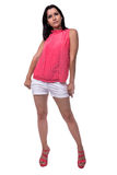 La mujer joven hermosa, atractiva en blusa y el cortocircuito pone en cortocircuito la situación en los bolsillos de tracción int Fotografía de archivo