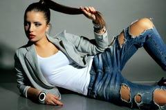 La mujer joven hermosa con el pelo oscuro lleva la ropa casual Imagen de archivo libre de regalías