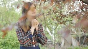 La mujer joven hermosa da vuelta a dios con sensaciones en rezo, la muchacha dobló sus brazos en su pecho y con miradas de la gra almacen de metraje de vídeo