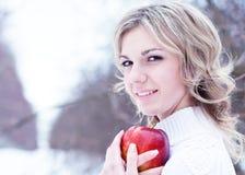 La mujer joven hermosa del bolnd en madera del invierno Fotos de archivo