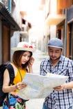 La mujer joven hermosa del viajero o del backpacker está confundiendo el wa foto de archivo libre de regalías