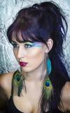 Mujer joven hermosa en maquillaje del pavo real Imagenes de archivo