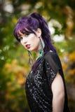 Mujer joven hermosa en maquillaje del pavo real Foto de archivo libre de regalías