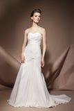 La mujer joven hermosa en un vestido de boda Imagenes de archivo