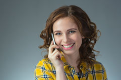 La mujer joven hermosa en una camisa amarilla expresa emociones con Fotografía de archivo libre de regalías