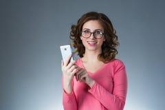 La mujer joven hermosa en una camisa amarilla expresa emociones con Imagen de archivo libre de regalías