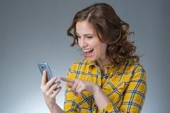 La mujer joven hermosa en una camisa amarilla expresa emociones con Imágenes de archivo libres de regalías