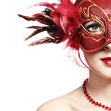 La mujer joven hermosa en una máscara veneciana roja Fotos de archivo libres de regalías