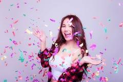 La mujer joven hermosa encantadora consigue alegre y felicidad con imagen de archivo