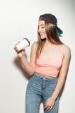 La mujer joven hermosa está disfrutando de la bebida caliente Foto de archivo libre de regalías