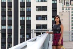 La mujer joven hermosa está en el balcón y mira el horizonte Fotos de archivo libres de regalías