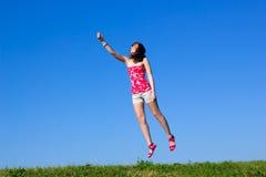 La mujer joven hermosa está volando para arriba Fotografía de archivo