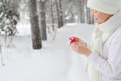 La mujer joven hermosa, feliz recibió el regalo Imágenes de archivo libres de regalías