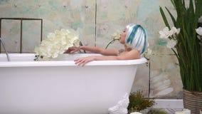 La mujer joven hermosa miente en bañera metrajes