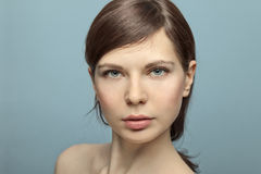La mujer joven hermosa no tiró en estudio ningún maquillaje. Foto de archivo