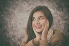 La mujer joven hermosa que lleva invierno de moda caliente viste Fotos de archivo libres de regalías