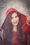 La mujer joven hermosa que lleva invierno de moda caliente viste Foto de archivo libre de regalías