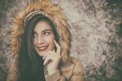 La mujer joven hermosa que lleva invierno de moda caliente viste Fotografía de archivo