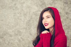La mujer joven hermosa que lleva invierno de moda caliente viste Imagen de archivo libre de regalías