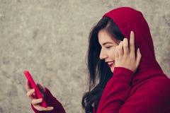 La mujer joven hermosa que lleva invierno de moda caliente viste Imagenes de archivo