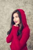 La mujer joven hermosa que lleva invierno de moda caliente viste Imagen de archivo