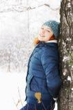 La mujer joven hermosa se inclinó al abedul en bosque del invierno Fotos de archivo