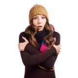 La mujer joven hermosa sorprendida se vistió con ropa del invierno Foto de archivo libre de regalías