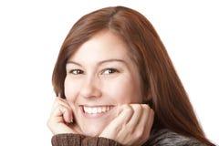 La mujer joven hermosa sostiene la barbilla y sonríe feliz Fotos de archivo libres de regalías