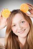 La mujer joven hermosa tiene oídos anaranjados Foto de archivo libre de regalías